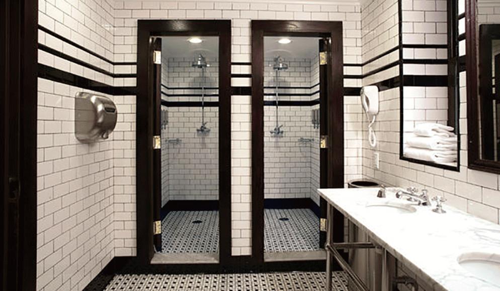 De minste rommene har delt bad.