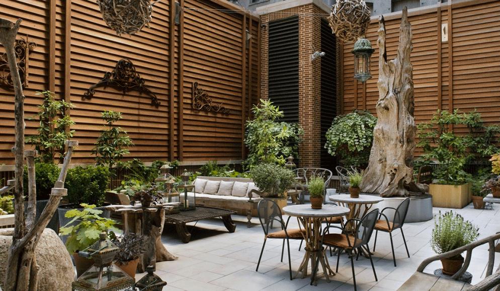Ta en kaffe i den hyggelige bakgården!