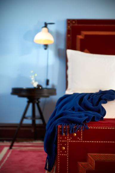 På alle sengene ligger det pledd i knallfarger. Hotellets signatur!